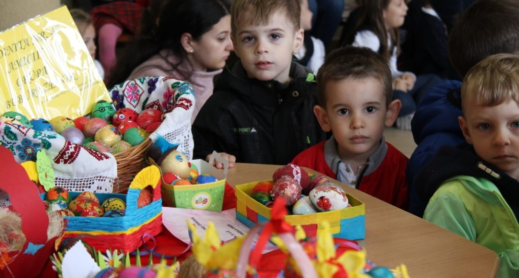 """Participantii la Concursul National """"Incondeiasul"""" au fost premiati ieri la Biblioteca Judeteana Oradea"""