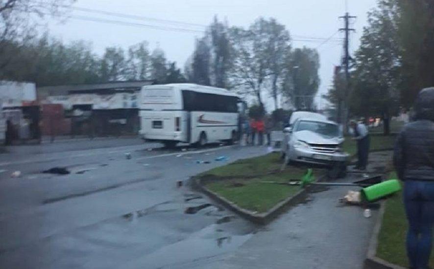 Autobuz vs masina mica pe Clujului. A iesit din bezinarie fara se asigure