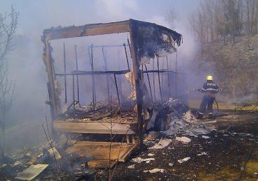 Un camion plin cu stupi de albine a ars intr-un incendiu provocat de arderea vegetatiei uscate in Dobresti