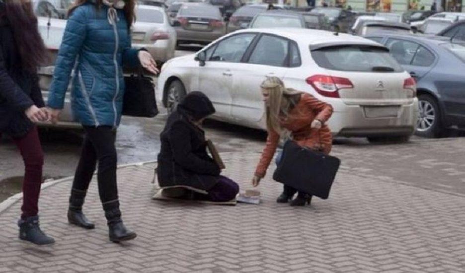 Atentie la falsii cersetori din Oradea! Indivizi apti de munca starnesc mila oamenilor prin false handicapuri