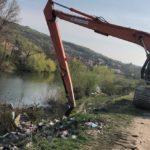 Actiune ampla de curatare a malurilor Crisului Repede, inceputa astazi in zona Gutenberg (FOTO/VIDEO)