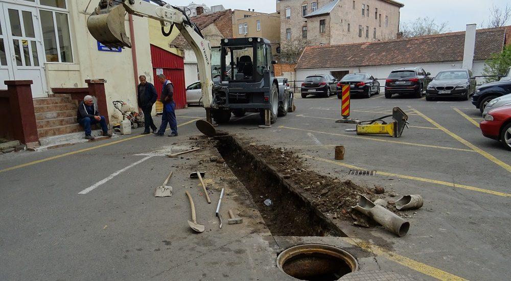 Lucrarile din curtea Primariei Oradea, reduc capacitatea locurilor pentru parcare, pana in 10 aprilie