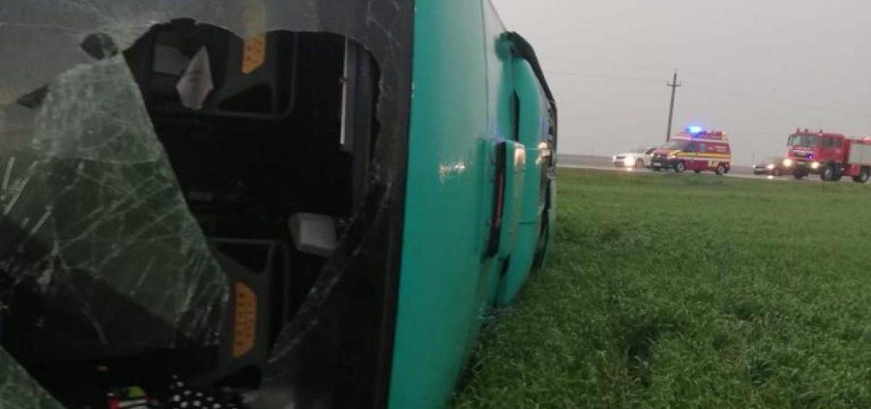 VIDEO momentul in care autocarul cu 40 de persoane a fost lovit si rasturnat de tornada de ieri din judetul Calarasi