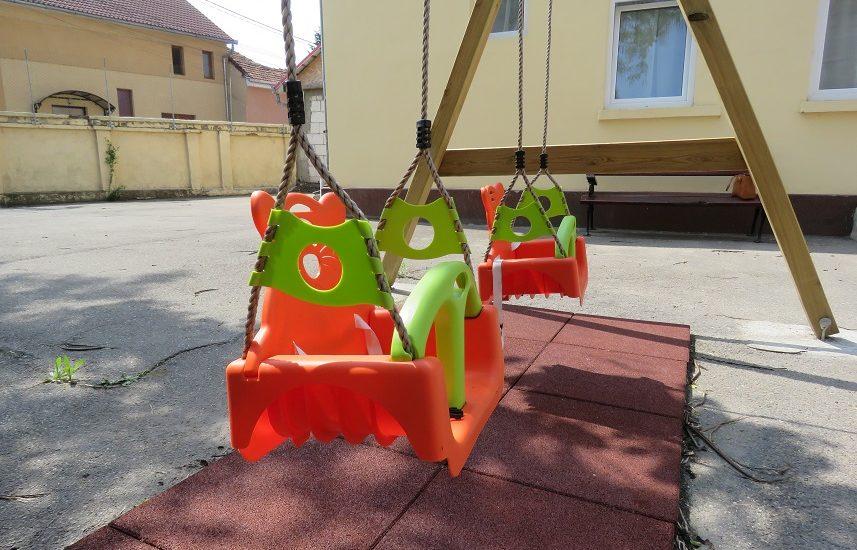 DAS Oradea doteaza cu aparatura exterioară de joacă cresele din Oradea