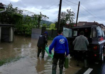Drumuri si gospodarii inundate dupa ploaia de azi noapte din judetul Bihor
