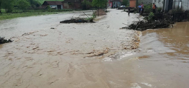 O rupere de nori a inundat, în mai puțin de o oră, o localitate din judetul Bihor (FOTO)