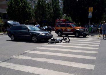 Biciclist lovit de o masina pe strada Transilvaniei. Soferul nu a acordat prioritate in momentul virajului