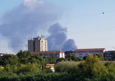 Incendiu la un depozit de deseuri de mase plastice si hartie cu degajari mari de fum, in Nojorid