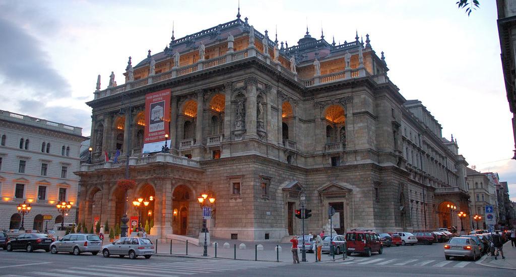 """Opera Maghiară de Stat va prezenta duminică, 1 septembrie 2019, în Piaţa Unirii, spectacolul """"Elixirul dragostei"""" de Gaetano Donizetti."""