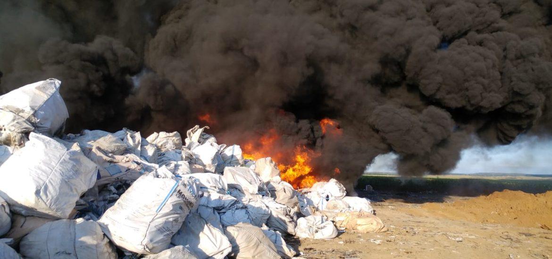 Incendiu puternic la depozitul de deseuri din Nojorid. A fost emis un mesaj de avertizare prin RO-ALERT.