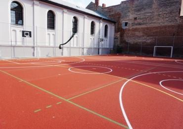 Elevii Colegiului Emanuil Gojdu au, de acum, terenuri noi de baschet.
