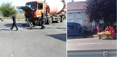 Cinci tineri au ajuns la spital dupa ce microbuzul in care se aflau a intrat in coliziune frontala cu o betoniera, in Oradea