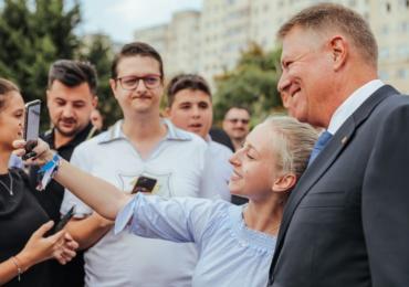Klaus Iohannis a început în forță bătălia pentru un nou mandat. A fost întâmpinat cu entuziasm de oameni care s-au înghesuit să dea mâna cu el.