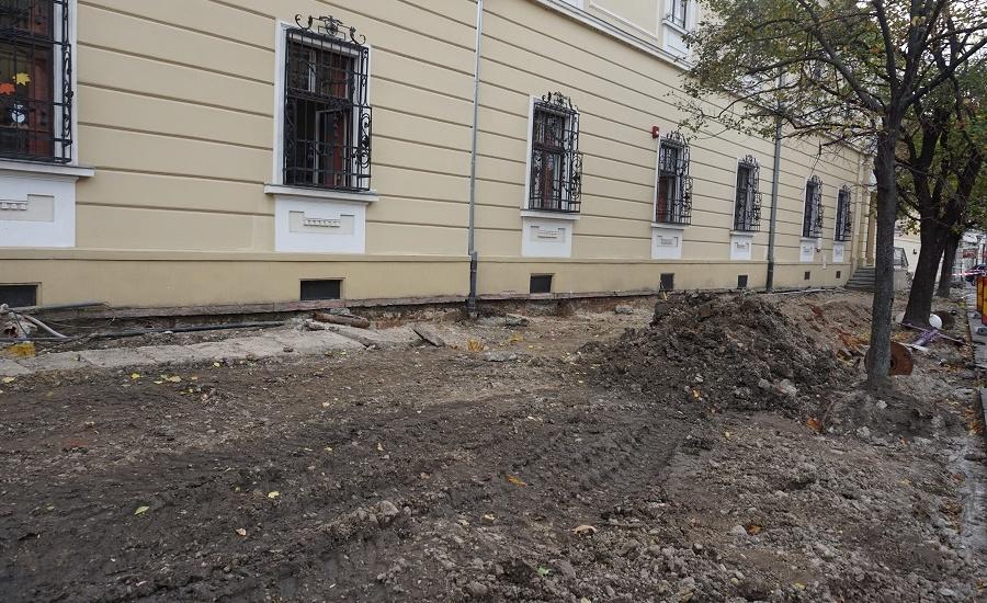 Trotuarul de pe strada Republicii a intrat in amenajare. Lucrarile vor fi finalizate in februarie 2020