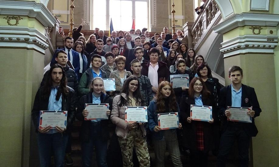 64 de elevi și profesorii care i-au coordonat au fost premiați de către municipalitate cu cate 600 de lei si o diploma