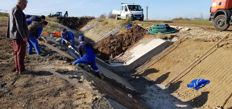 Administrația Bazinală de Apă Crișuri desfășoară lucrări de reparații importante pentru apărarea împotriva inundațiilor, in judetul Bihor