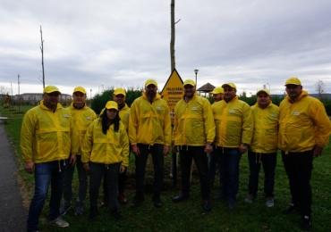 Hai să plantăm împreună la tine în oraș! Bogdan Stelea si Bergenbier au plantat 25 de arbori in Parcul Salca din Oradea