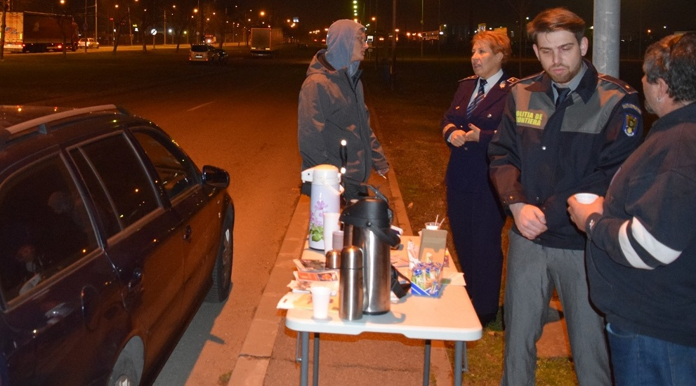Cafea, ceai si recomandari oferite de politistii bihoreni soferilor ce au trecut prin Vama Bors