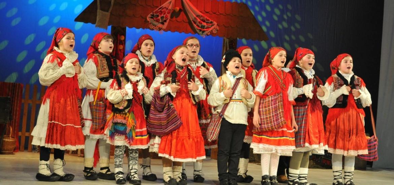 """Aproape 400 de copii din Bihor si din tara, participa la """"Festivalul Naţional de Datini şi Obiceiuri de Crăciun"""" din Oradea"""