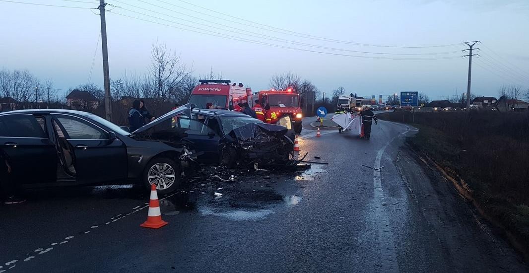 Accident grav in Gepiu pe DN 79. Trei persoane ranite in urma unui impact frontal dintre doua autoturisme