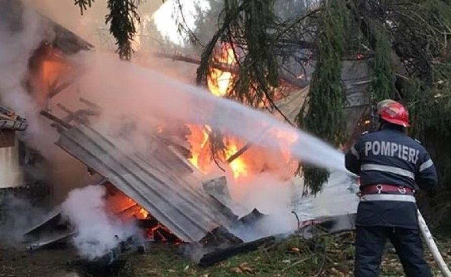 Incendiu violent la o cabana si o casa de vacanta de la Coada Lacului