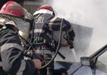 O masina a luat foc in parcarea de la Lotus. Care au fost cauzele