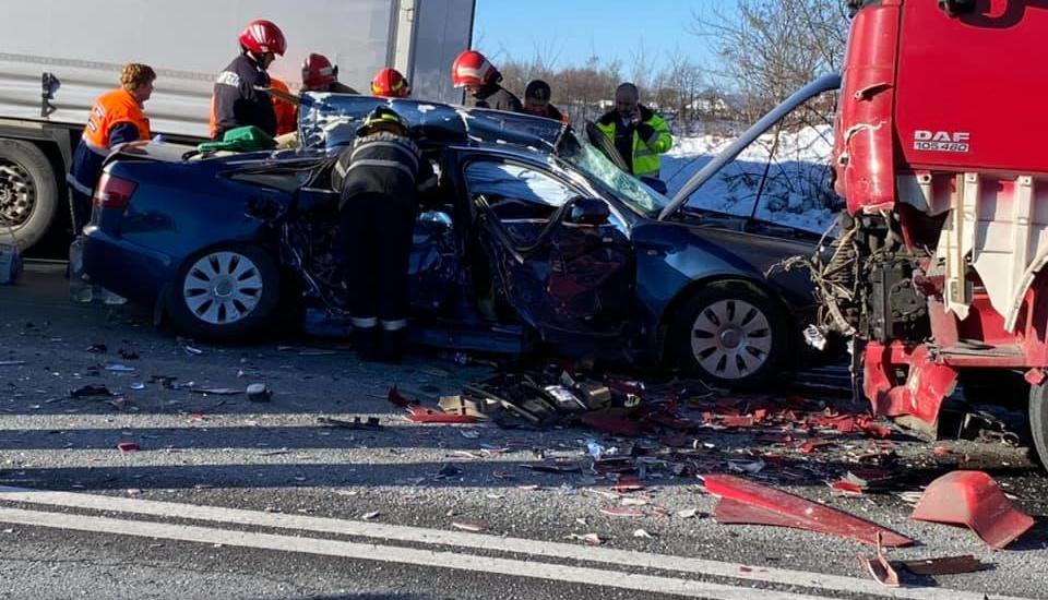 Accident grav pe DN 1 in localitatea Beznea. Un oradean a ajuns in stare grava la spital dupa ce a pierdut controlul masinii si s-a izbit de un camion pe contrasens