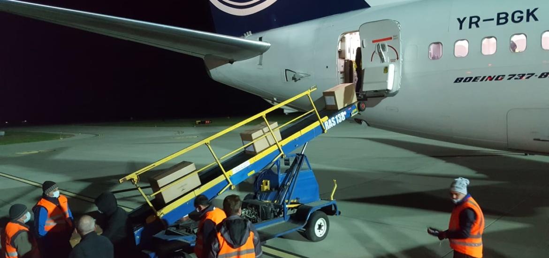 Al doilea avion aterizat la Oradea cu peste 10 tone de materiale sanitare pentru spitale.