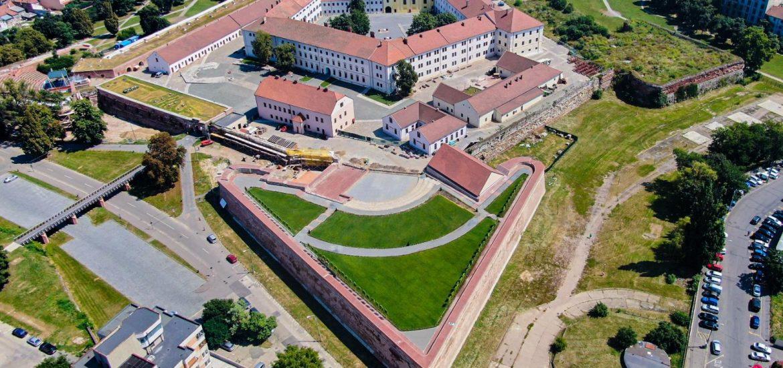 Lucrările de reabilitare a zidurilor Cetăţii Oradea au avansat, stadiul fizic al acestora ajungând în prezent la 73%.