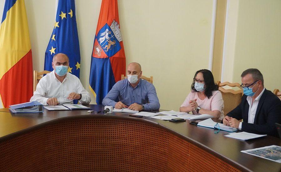 Primaria Oradea va asigura, odata cu inceperea scolii, măşti gratuite şi dezinfectanţi pentru toţi elevii dat si tablete şi echipamente pentru şcoala online