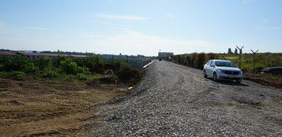 Lucrarile la drumul de legatura dintre Centura Oradea si Calea Aradului avanseaza rapid. Autoritatile anunta ca in octombrie se va putea circula pe acest drum