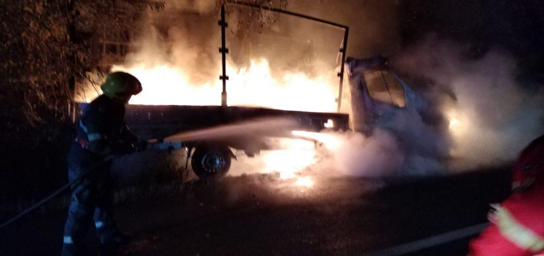 O autoutilitara a luat foc, in mers, pe un drum judetean din Bihor
