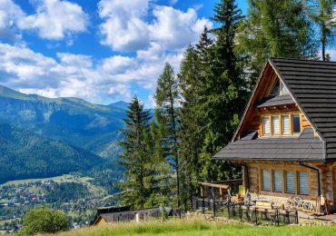 Vrem o tara ca afara! Bolojan impune un regulament de construire a cabanelor pentru zona montana a judetului.