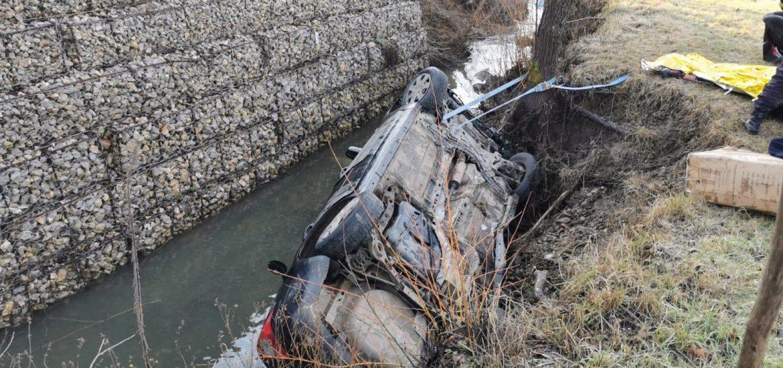 Accident grav la Varciorog, un oradean s-a rasturnat cu masina in albia unui parau, unde a ramas captiv