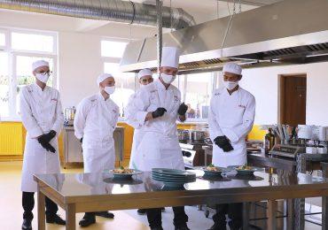 Au început înscrierile pentru o serie nouă de cursanți la prima academie de ospitalitate din România, aflata la Oradea, licențiată de École hôtelière de Lausanne