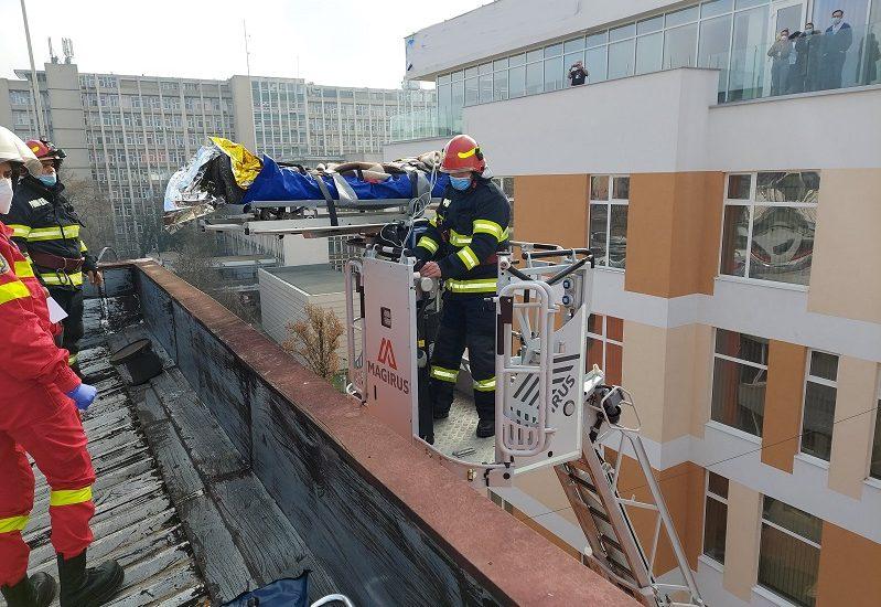 Un barbat a fost salvat de pe acoperisul unei cladiri din Oradea, dupa ce a cazut si a ramas imobilizat
