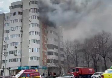(VIDEO) Imagini socante cu o femeie ce se arunca de la etaj ca sa scape de flacari, in timp ce pompierii priveau neputinciosi pentru ca nu aveau scara.
