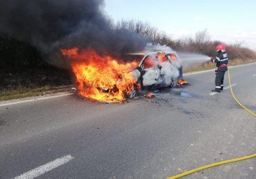 O masina a luat foc, aflandu-se in mers, intr-o localitate din judetul Bihor. A ars in intregime