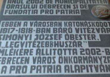 """Placa comemorativa in Cetatea Oradea in amintirea """"celui mai viteaz husar"""", un fost comandat al garnizoanei cetatii"""