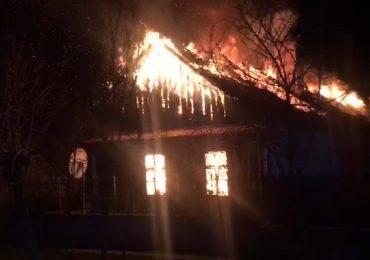 Incendiu violent la o locuinta din localitatea Ciocaia din judetul Bihor, O femeie a fost gasita carbonizata sub tavanul prabusit al casei