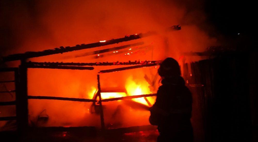 Incendiu violent in Stei in aceasta noapte. A ars un garaj si o masina care se afla in interior