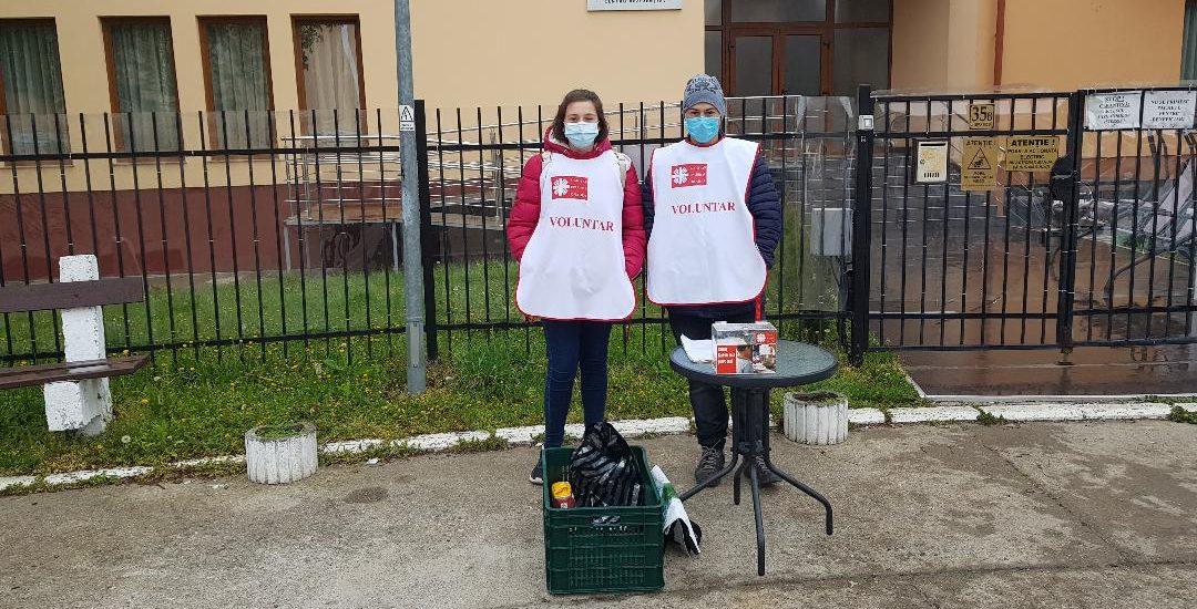 Zeci de voluntari ai Caritas Eparhial au strans sute de kg de alimente ce au fost donate familiilor nevoiase din Oradea, Livada si Santion