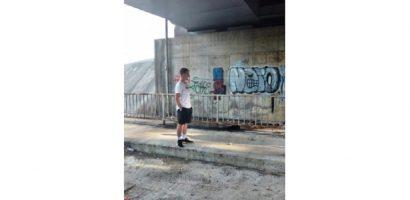 Vandali de mici! Trei tineri surprinsi de Politia Locala, in timp ce dadeau cu spray-uri colorate  pe piciorul podului de langa Silvas, la apelul unui oradean ce trecea prin zona