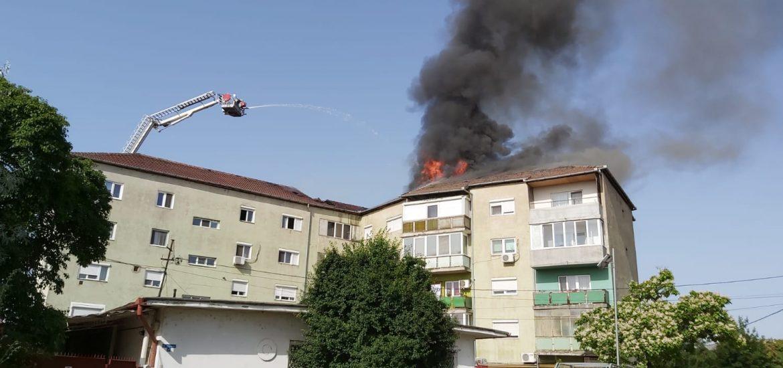 Incendiu puternic la un bloc din Oradea, cauzat de o tigara aprinsa si lasata in balcon.