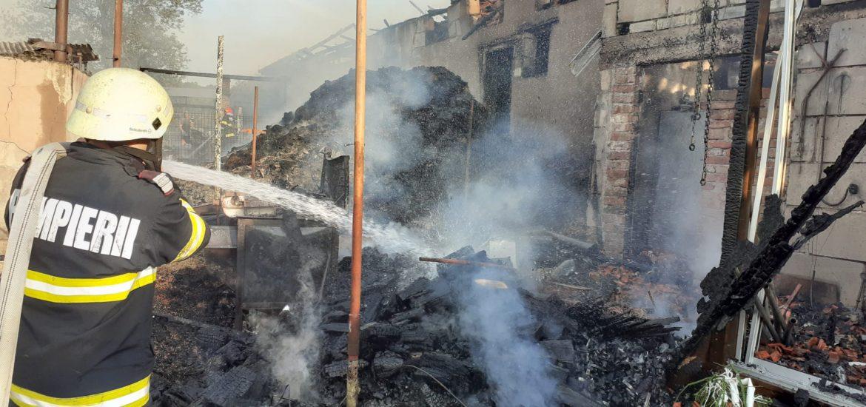 Incendiu violent in Rabagani. Flacarile au ranit doi oameni. Au ars mai multe animale din curte
