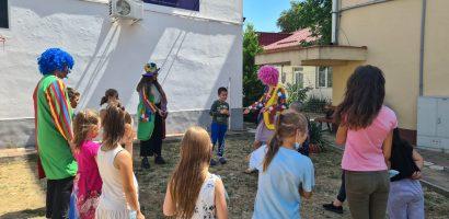 Copiii din Centrul de Zi Oradea continuă seria de activități distractive și educative în vacanța de vară.