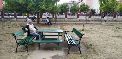 90 de banci noi, montate in parcurile din Oradea