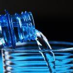 Apa îmbuteliată, scumpiri record ca urmare a noilor prețuri la energie, ambalaje și combustibili