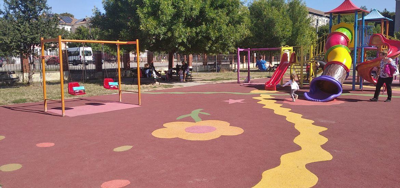 Primaria Oradea va acoperi cu o suprafață cauciucată tip tartan, toate locurile de joaca, frecventate de copii, din oras